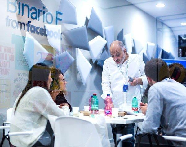 Nicola Mattina con gli studenti dello Smart Community Lab